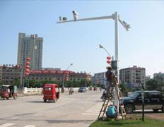 员工安装道路监控