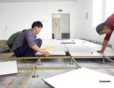 员工安装机房静电地板
